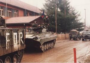 Čeští a britští vojáci před základnou obci v Donja Ljubija