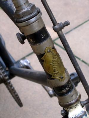 Část kola s detailem firemního štítku po restaurování. FOTO: Petr Moudrý