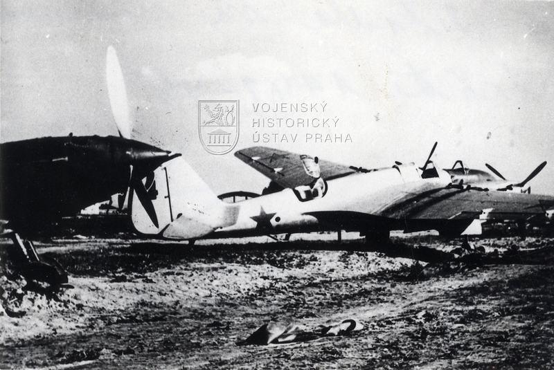 Sovětská letadla na letišti při německém útoku, léto 1941