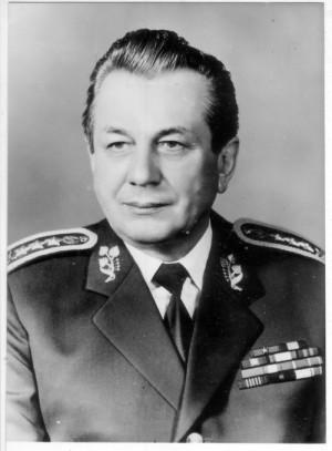 Oficiální portrét klíčové osobnosti listopadu 1989 v armádě, ministra národní obrany armádního generála Ing. Milána Václavíka (na snímku v hodnosti generálporučíka). FOTO: VHÚ