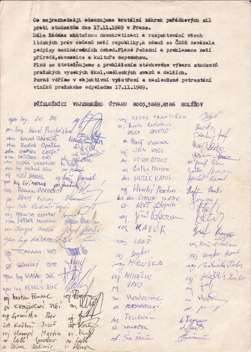 Text petice tří VÚ z Holýšova podepsali nejen vojáci základní služby, ale i z povolání. Vzhledem k charakteru požadavků byla petice vytvořena pravděpodobně krátce po 17. listopadu 1989. FOTO: VHÚ