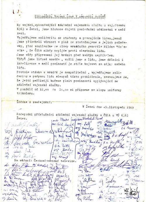 Vojáci základní služby v Žatci 25. listopadu podpořili generální stávku. FOTO: VHÚ