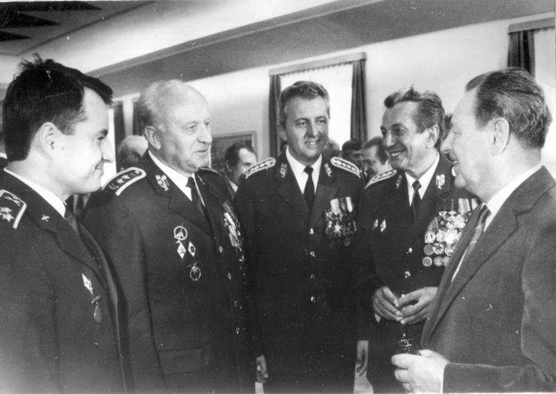 Zprava generální tajemník ÚV KSČ Milouš Jakeš, ministr národní obrany Milan Václavík a náčelník generálního štábu Miroslav Vacek na ÚV KSČ, po 17. prosinci 1987.  FOTO: VHÚ