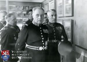 Mjr.konc. Jaroslav Boháč provází v září 1934 gen. Maurice Gamelina, náčelníka Generálního štábu francouzské armády, expozicemi Památníku osvobození (dnes Vojenský historický ústav Praha). FOTO: VHÚ