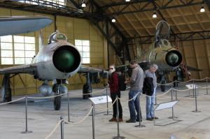 Su-7 a Su-22 v hangáru č. V