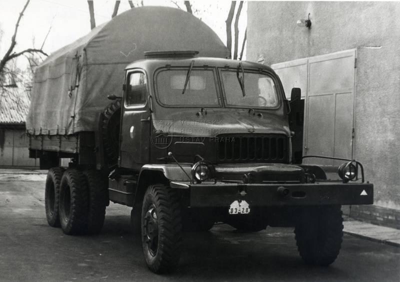 Praga V3S se sovětským letištním světlometem APM-90