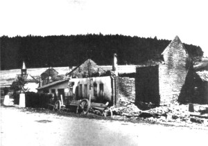 Pohled od budovy školy ke kapličce v horním konci vypáleného Javoříčka