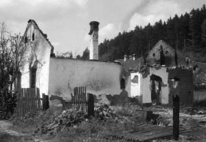 Vypálené domy v dolním konci Javoříčka u myslivny
