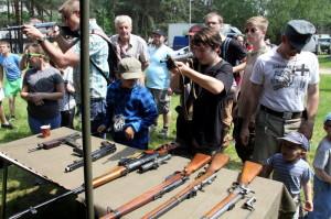 Otevírací den Lešany 2016 - stánek s historickými ručními zbraněmi