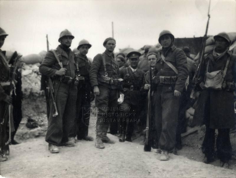 Velitel XV. mezinárodní brigády Vladimir Ćopić s československými interbrigadisty