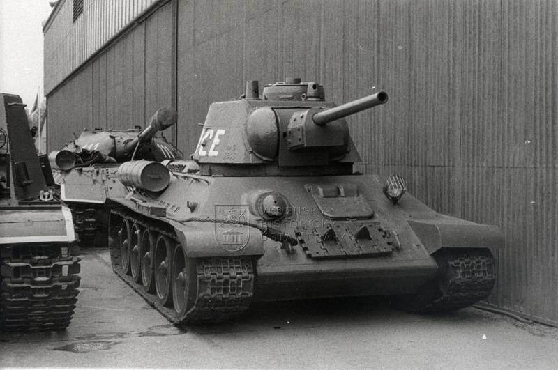 Tank T-34 Lidice v areálu leteckého muzea ve Kbelích, nejspíše konec sedmdesátých let dvacátého století. Foto sbírka VHÚ.