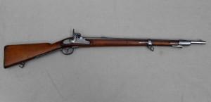Rakouská puška pro zvláštní sbory vzor 1854 Lorenz s bodákem a detailem zámku. Tyto pušky oproti ostatním vynikaly dlouhým dostřelem, kdy mířená palba na větší formaci dokázala zasahovat cíl i na vzdálenosti 600 metrů a více. Rakouská taktika ale dosud lpěla na bodákových ztečích a přednosti této zbraně tak nedokázala náležitě využít