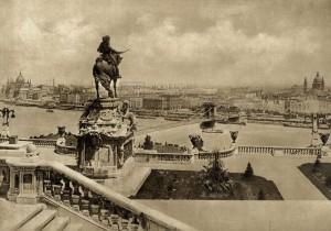 Rakousko-uherské vyrovnání - Budapešť s Řetězovým mostem (Lánchíd) a uherským parlamentem při pohledu z terasy budínského hradu. Foto sbírka VHÚ.