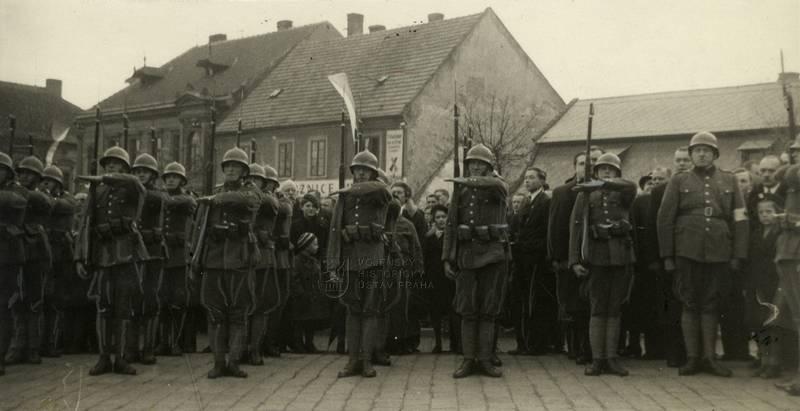 Příslušníci Národní gardy vzdávají čest státní hymně