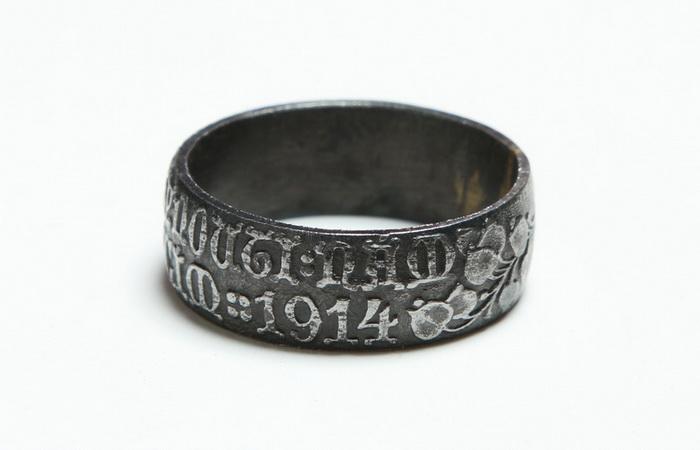 """Rakouský patriotický prsten s nápisem """"Nedej zahynouti, nám ni budoucím – 1914"""".  FOTO: VHÚ Praha"""