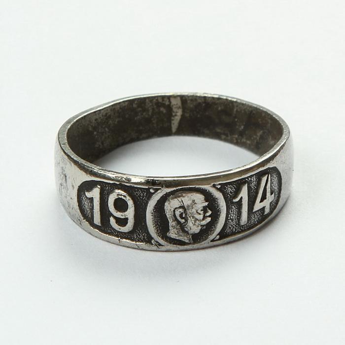 Takzvaný Kaiserring 1914 – patriotický prsten s hlavou císaře, vydaný c. a k. ministerstvem války. Nabízel se v několika variantách v ceně od jedné do dvanácti korun, na obrázku vidíme lacinou variantu z ocele. FOTO: VHÚ Praha