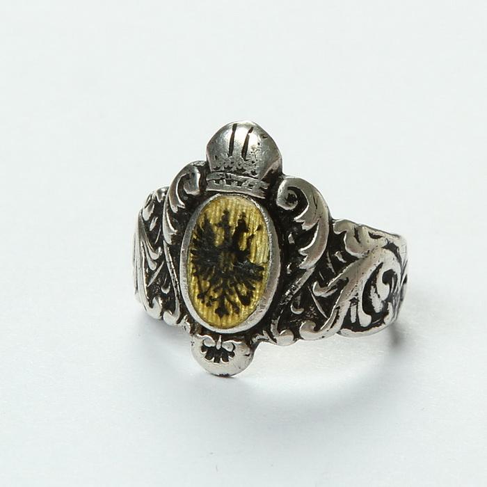 """Pamětní prsten z důstojnické školy, na vnitřní straně nápise """"Regiments- Offiziers Schule 1897–1898"""". FOTO: VHÚ Praha"""