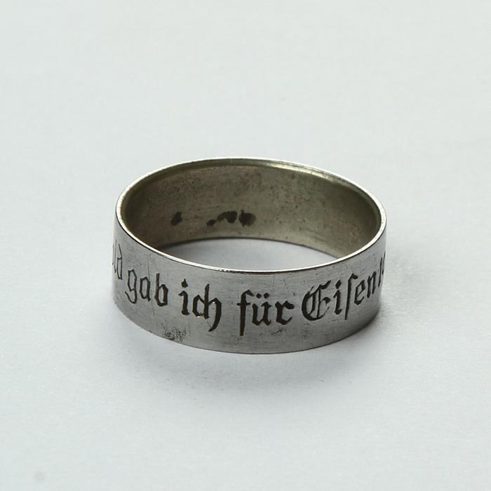 Rakouský patriotický prsten používaný při akci Gold gab ich für Eisen (Dal jsem zlato za železo). Prsten byl určen občanům, kteří v rámci akce věnovali alespoň 10 gramů zlata na dobročinné účely. FOTO: VHÚ Praha