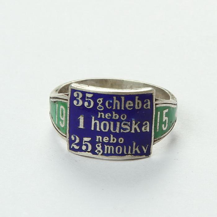 Rakouský patriotický prsten se smaltovaným barevně vyvedeným textem. FOTO: VHÚ Praha
