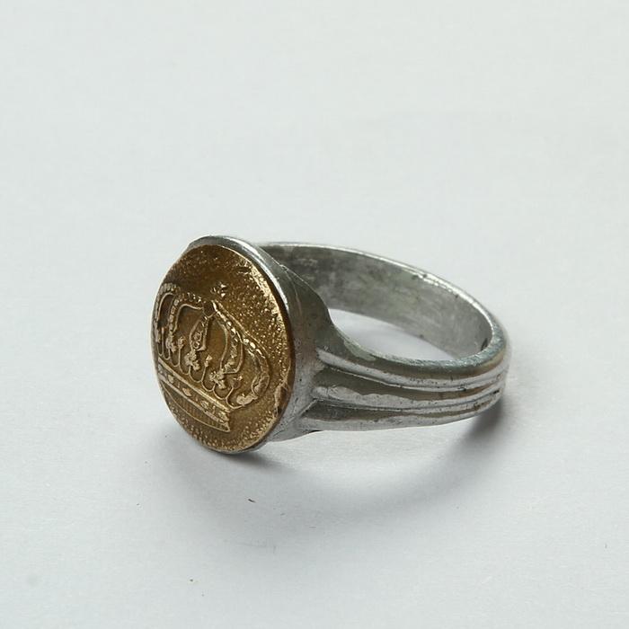 Zákopový prsten odlitý v samostatné formě a ozdobený přinýtovaným knoflíkem z bavorského stejnokroje. Prsten pravděpodobně vyrobili českoslovenští legionáři z Roty Nazdar. FOTO: VHÚ Praha