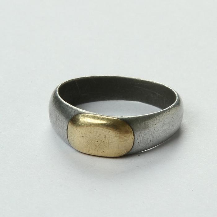 Zákopový prsten vyrobený rakousko-uherským válečným zajatcem ve Francii. V této podobě byl prsten zřejmě nabízen jako polotovar k dalšímu opracování. FOTO: VHÚ Praha
