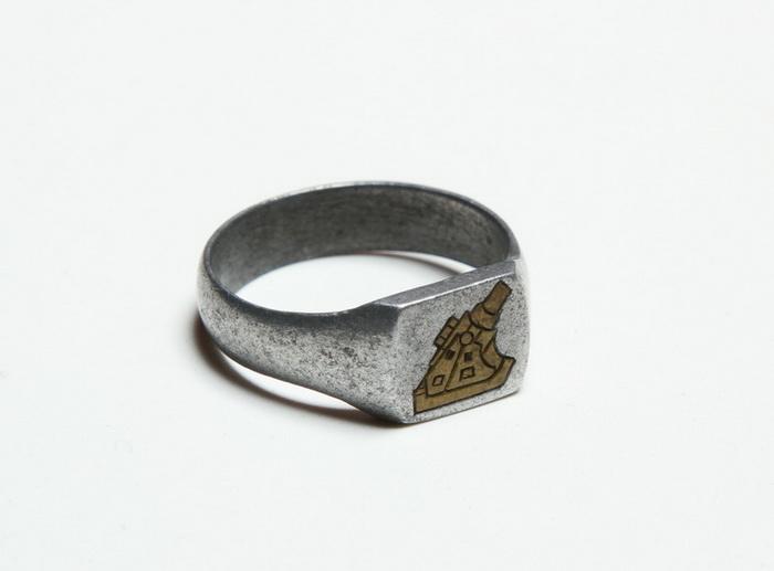 Zákopový prsten ozdobený mosaznou rytinou moždíře ráže 30,5 cm systému Škoda. FOTO: VHÚ Praha