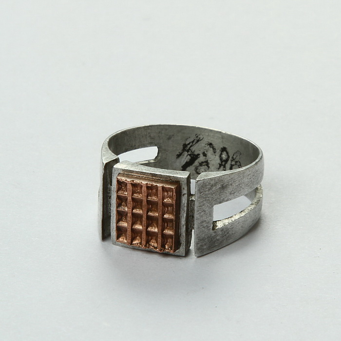 Nezvykle tvarovaný zákopový prsten s geometrickými zářezy a osazený průmyslově vyrobenou měděnou destičkou. FOTO: VHÚ Praha