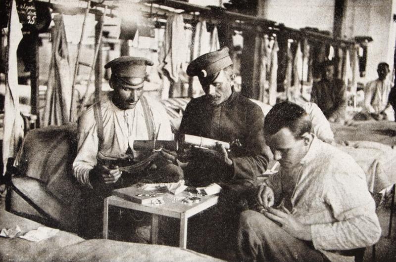 Ruští váleční zajatci pletou v roce 1916 prsteny a náramky z koňských žíní. FOTO: Český svět