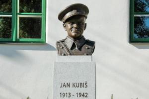 Busta Jana Kubiše před jeho rodným domem