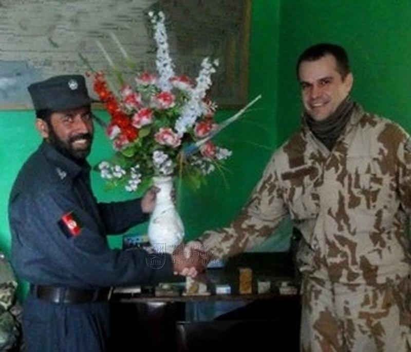 Plastová kytice s vázou, operace ISAF Afghánistán