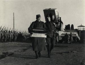 Vojín Fr. Křivánek a jeho kolega nesou fotoalba na připravovanou výstavu v Agde 7. březen 1940