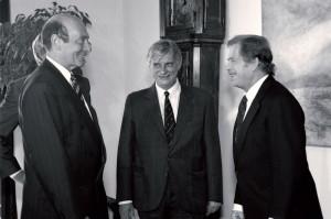 Generální tajemník NATO Manfred Wörner v Praze 5. května 1990 při rozhovoru s prezidentem republiky Václavem Havlem a ministrem zahraničních věcí Jiří Dienstbierem