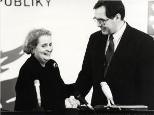 Významným zastáncem vstupu ČR do Severoatlantické aliance byla ministryně zahraničí USA Madeleine Albrightová. Na snímku s ministrem obrany Antonínem Baudyšem.