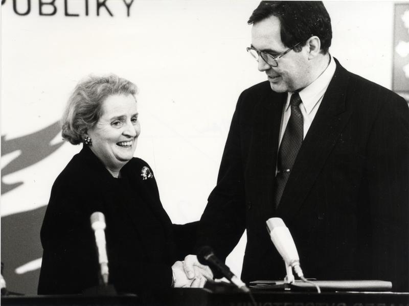 ... Významným zastáncem vstupu ČR do Severoatlantické aliance byla  ministryně zahraničí USA Madeleine Albrightová. 9dcc117897