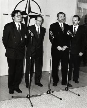 Dne 25. listopadu 1994 přijala Rada Severoatlantické aliance Individuální program pro Českou republiku, v němž byla konkretizována spolupráce v politické a vojenské oblasti s NATO. Jednání se zúčastnil z české strany náměstek ministra zahraničních věcí Alexandr Vondra a první náměstek ministra obrany Jiří Pospíšil.