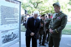 Armádní generál Josef Bečvář (vpravo) a autor výstavy Ivo Pejčoch