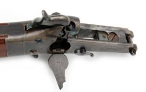 Detail otevřeného zásobníku na zápalky, který si nechal Maynard patentovat již v roce 1845. Na vnitřní straně krytu je raženo výrobní číslo zbraně 2844. FOTO: Jan Šach