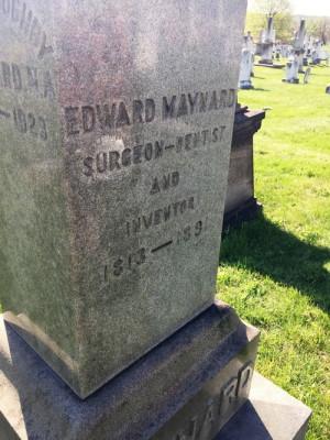 Náhrobek Dr. Edwarda Maynarda na Congressional Cemetery ve Washingtonu.