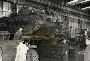 Německé tanky Panzer III a Panzer I v továrně před předáním vojsku, 18. květen 1940