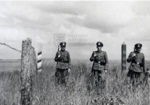 Snímek, pořízený v období německo-sovětské spolupráce v letech 1939–41, zachycuje trojici německých vojáků na německo-sovětské hranici. Nalevo je německý černo-stříbrno-červený hraniční sloup, napravo rudo-zlatý sovětský. Foto sbírka VHÚ.