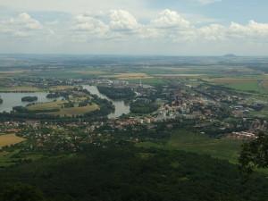 Město Lovosice pohledem z Lovoše, tedy vlastně pohled na svah, na němž došlo k hlavnímu střetu pěchoty.