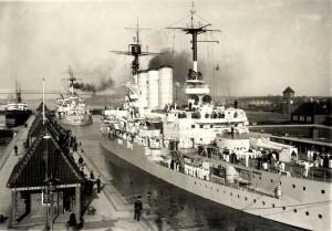 Německé bitevní lodě Hessen a Schleswig-Holstein v Kielskem průplavu u zdymadla v Kielu, 2. duben 1930