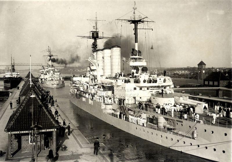 Bitevní lodě Hessen (vpředu) a Schleswig-Holstein v Kielském průplavu