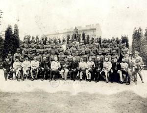 Příslušníci rakousko-uherské armády a nad nimi socha Františka Josefa. Foto sbírka VHÚ.