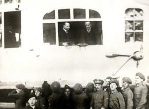Španělský král Alfons XIII. (vpravo) a kapitán Ernst Lehmann v okně vzducholodi Graf Zeppelin po jejím přistání ve španělské Seville