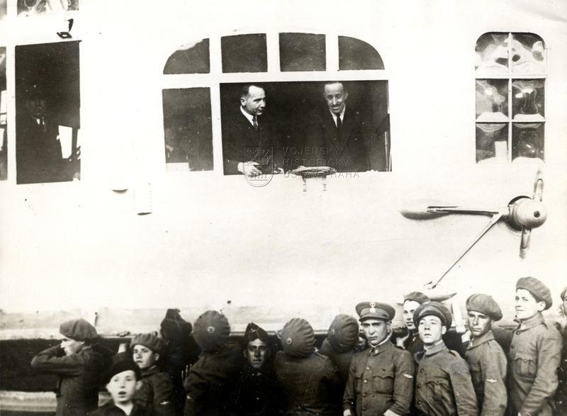 Španělský král Alfons XIII. při přistání německé vzducholodi Graf Zeppelin