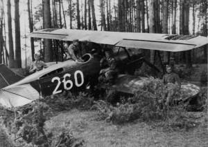Zambrow, 12. 9. 1939. Němečtí vojáci u ukořistěného polského stroje PWS-26 z inventáře CWL Nr. 1, evakuovaného z Deblina na východ země
