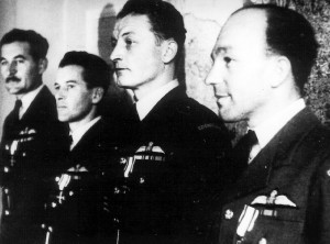 Londýn, 8. 8. 1944. Polské Kříže válečníků za účast v zářijové kampani. Zleva J. Lazar, I. Gablech,  F. Vavřínek a Z. Bachůrek