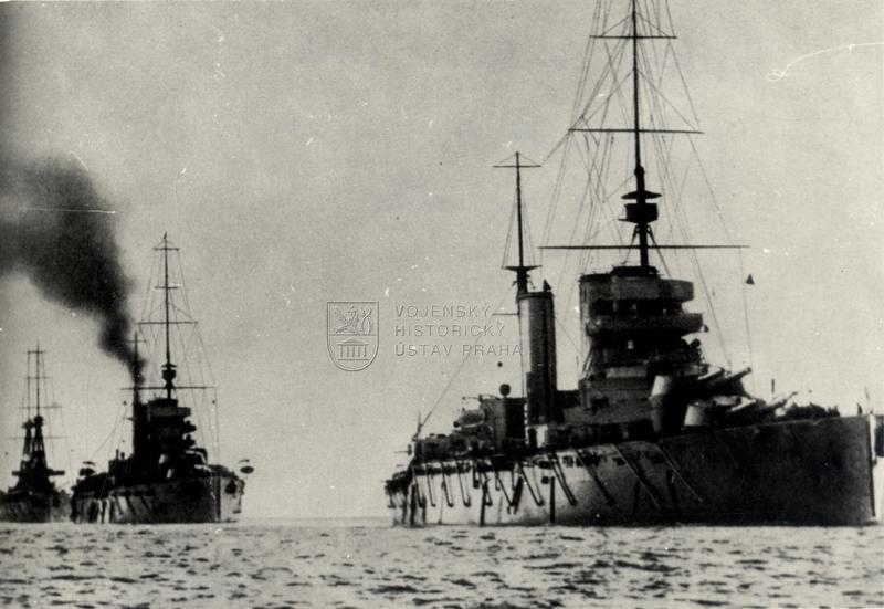 Britské válečné lodě; v popředí bitevní křižník třídy Lion