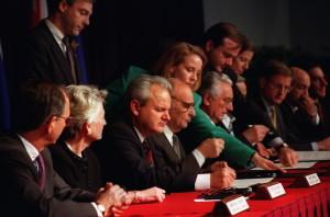 """Po třítýdenním maratonu jednání mezi nesvářenými stranami a představiteli mezinárodního společenství byly podepsán dne 21. listopadu 1995 v americkém Daytonu návrh """"Všeobecné rámcové smlouvy pro mír v Bosně a Hercegovině"""". Srbský prezident Slobodan Milošević (třetí zleva), bosenský prezident Alija Izedbegović (čtvrtý zleva), chorvatský prezident Franjo Tuđman (šestý zleva). zdroj: US Air Force"""